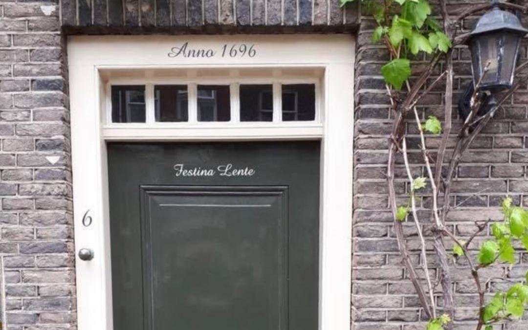 Wat doet Festina lente op een groene Dordtse voordeur?